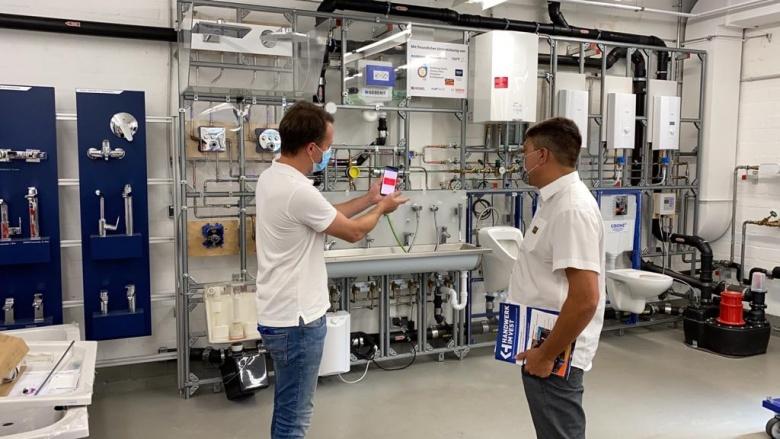 Erläuterung der neuesten Technik in der Sanitär-Ausbildung